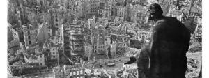 """Das Dresdener Rathaus ist mit 16 Sandsteinfiguren geschmückt. Unter ihnen """"Die Güte"""" des Bildhauers August Schreitmüller, die hier vom Rauthausturm hinunter auf die Ruinen von Dresden blickt. In den Nächten vom 13. bis zum 15. Februar hatten die Alliierten die Stadt bombardiert und dabei fast vollständig zerstört."""